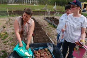 Sarah Ladik/NNSL photo Jackie Milne explains to Pat Burnstad and Norma Shaw that it doesn't matter what fertilizer is for, as long as it has the right ingredients. Soil in the area is lacks potassium, and she advises looking for the highest content possible.