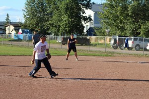 Sarah Ladik/NNSL photo Brewzers pitcher Brian Dyck winds up for a throw during an Aug. 23 game against the Carter Crushers with Shawna Coleman on first.