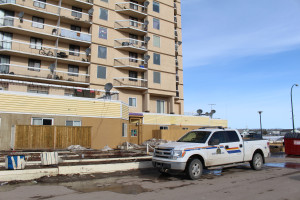 Sarah Ladik/NNSL photo Hay River RCMP were called to attend an apparent stabbing at the Mackenzie Place High Rise at approximately 9:30 pm on April 8 and officers remained on the scene thoughout the following day.