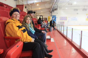 Shane Magee/NNSL photo Kathy Vandertuin, left, sits with granddaughter Jaidyn Henderson, 7, and son Tim Henderson while watching a minor hockey practice Oct. 11.
