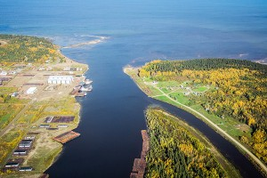 2004dre!_new Aerial view of the Hay River meeting Great Slave Lake. Sept 19, 2015 Hay River Photo by Jared Monkman Northern News Services Ltd.